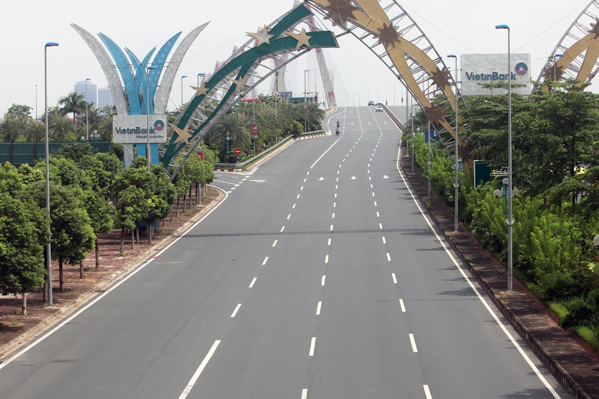 Khu vực cầu Nhật Tân, hướng sân bay Nội Bài về trung tâm Hà Nội vắng người đi lại trong thời gian giãn cách xã hội. Ảnh: Võ Hải.