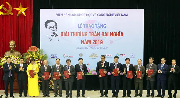 Các tác giả, nhóm tác giả nhận giải thưởng năm 2019. Ảnh: VAST