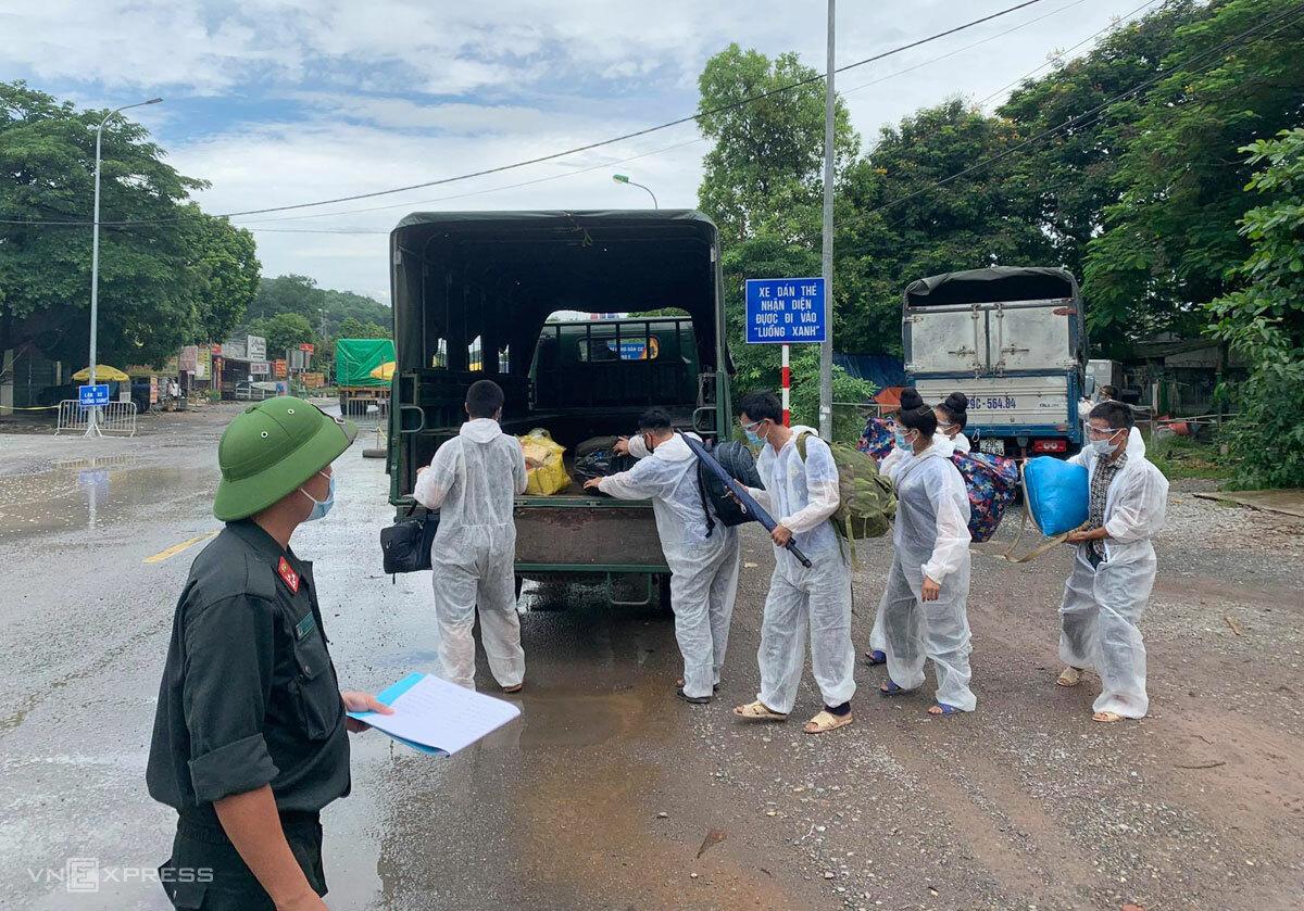 Xe của Công an Hòa Bình đưa nhóm phụ hồ mắc kẹt ở cửa ngõ huyện Chương Mỹ về quê hôm 8/9. Ảnh: Gia Chính