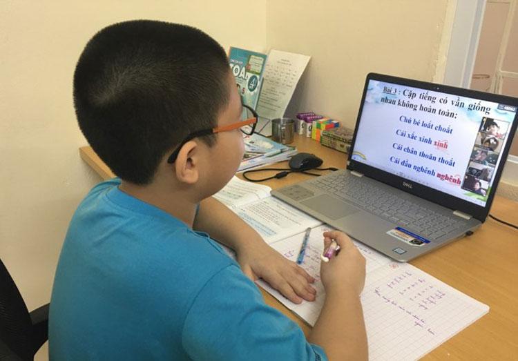Học sinh tiểu học Hà Nội học online tháng 9/2021. Ảnh: H.K