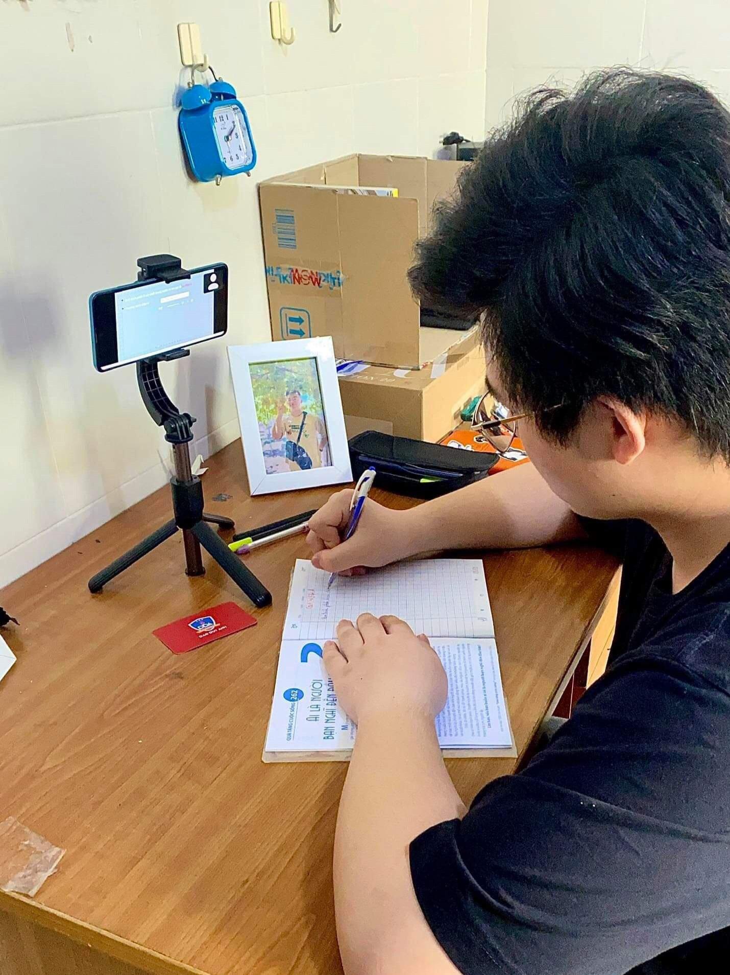 Học sinh trường THPT Đào Duy Anh học trực tuyến tại nhà hồi đầu tháng 9. Ảnh: Trần Minh