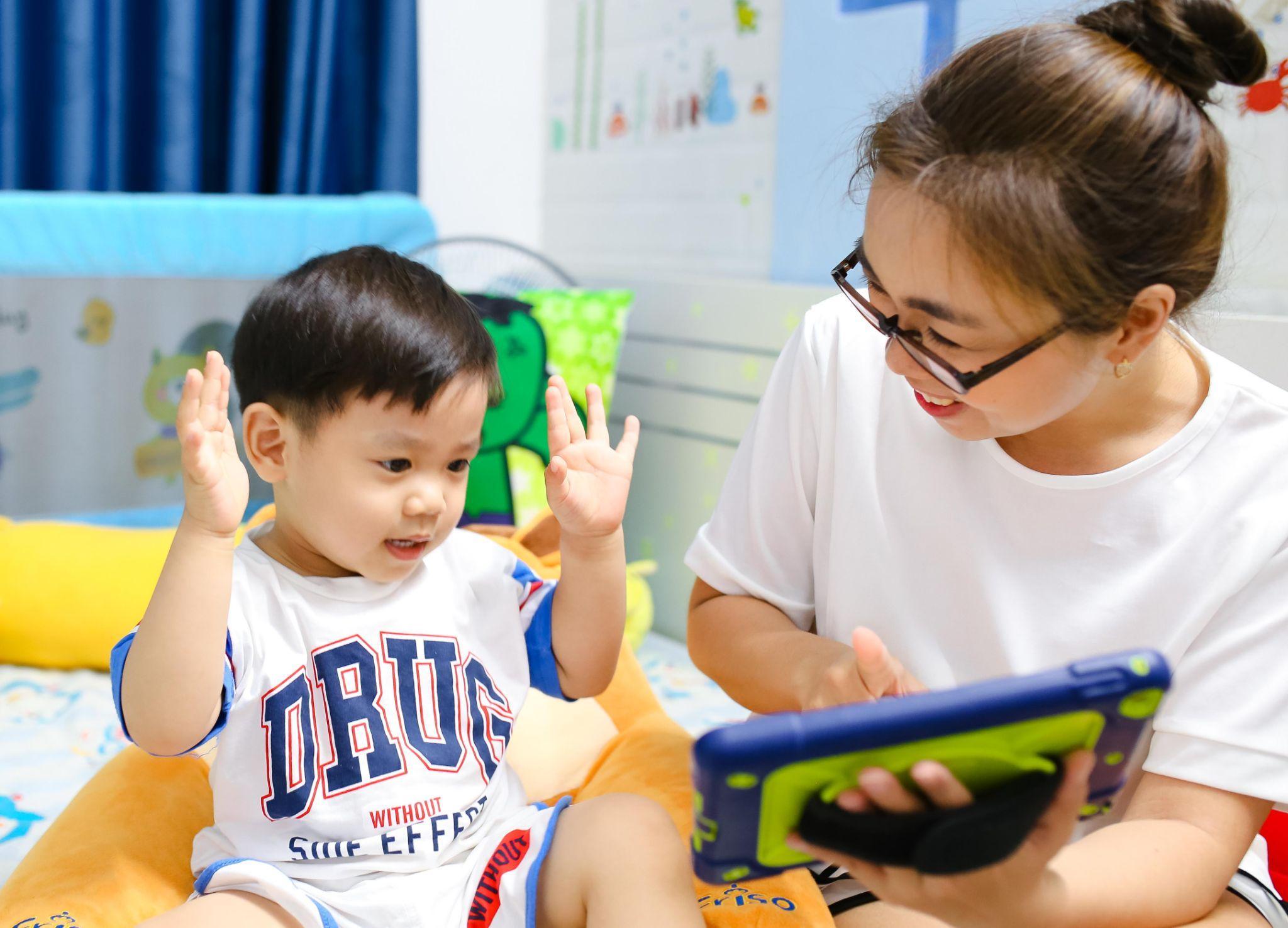 Mẹ và bé vui học Tiếng Anh với ứng dụng học Tiếng Anh qua trò chơi Vkids Edu.