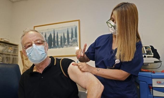 Một người đàn ông được tiêm mũi vaccine Covid-19 thứ ba tại bệnh viện gần Tel Aviv, Israel, hôm 12/7. Ảnh: AFP.
