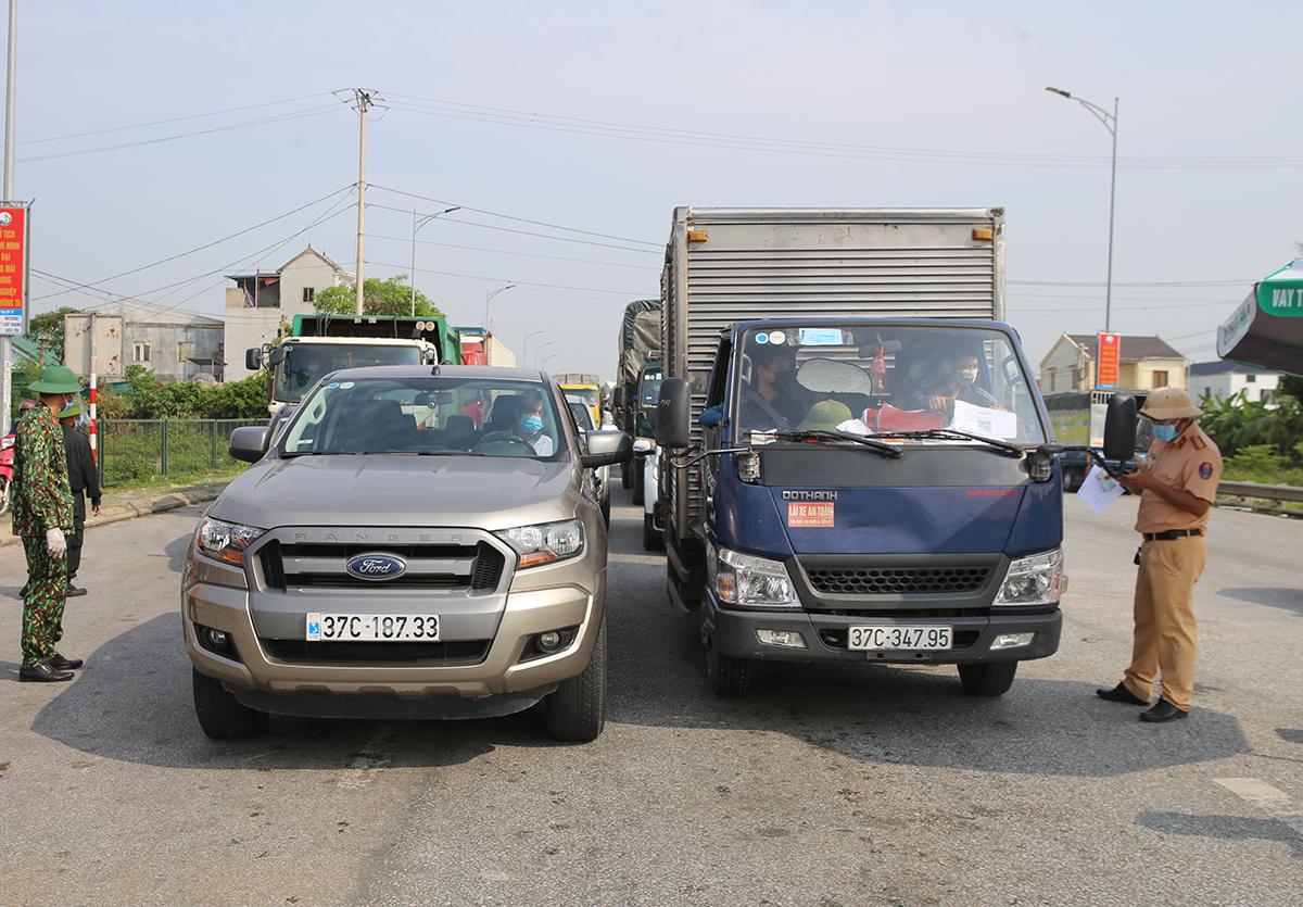 Lực lượng trực chốt kiểm soát phương tiện trước khi cho đi qua. Ảnh: Nguyễn Hải