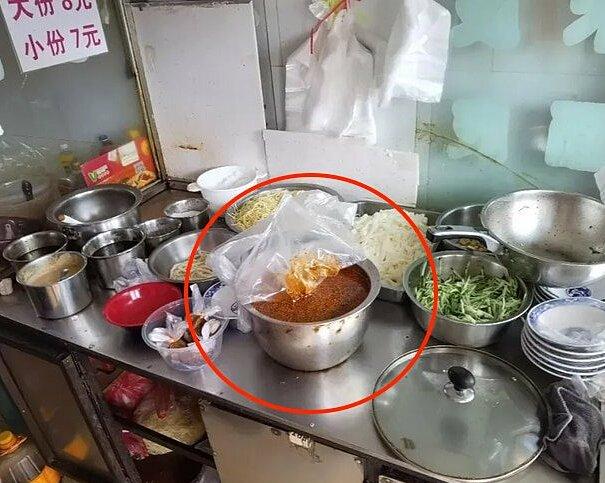 Nồi nước sốt ớt và dầu đạu nành trộn cùng ma tuý được cảnh sát phát hiện trong bếp của quán mỳ. Ảnh: Odditycentral