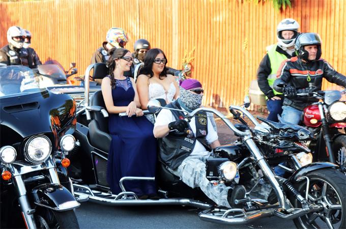 Felicity Warburton (váy trắng) và bạn cùng lớp được dàn môtô hàng trăm người hộ tống tới prom. Ảnh: Rich Morrish/SWNS