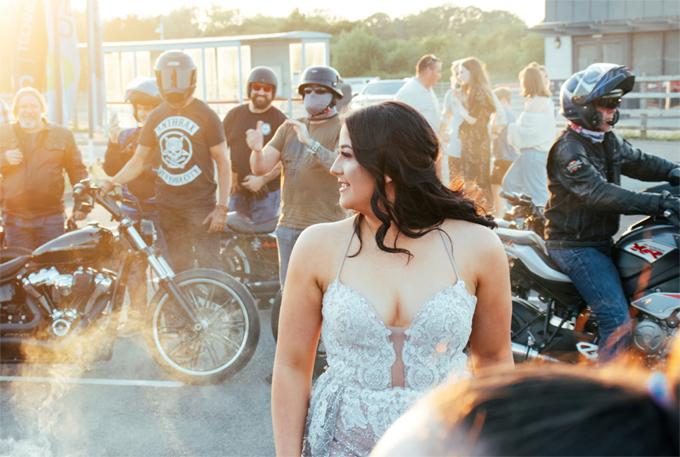 Felicity hạnh phúc khi được đoàn môtô đưa tới buổi vũ hội. Ảnh: Rich Morrish/SWNS