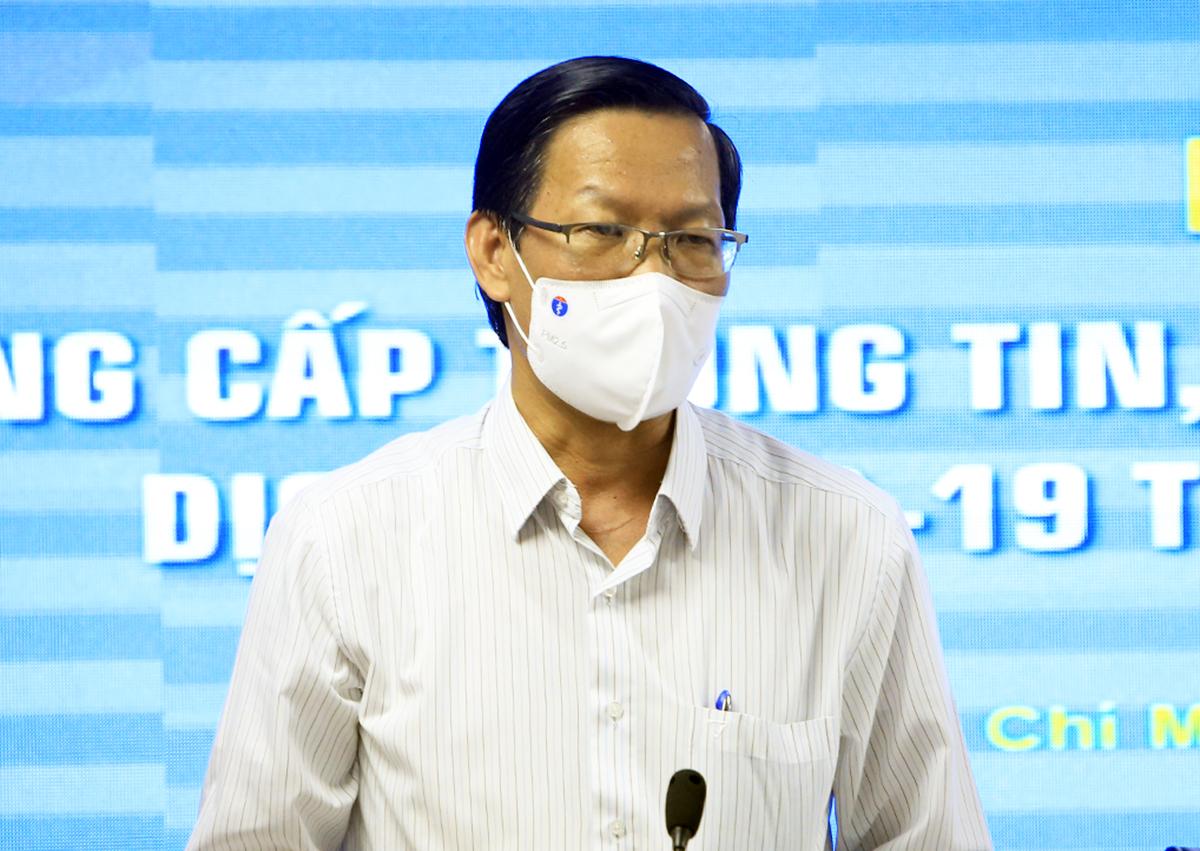 Chủ tịch UBND TP HCM Phan Văn Mãi trả lời tại buổi họp báo chiều 13/9. Ảnh: Hữu Công
