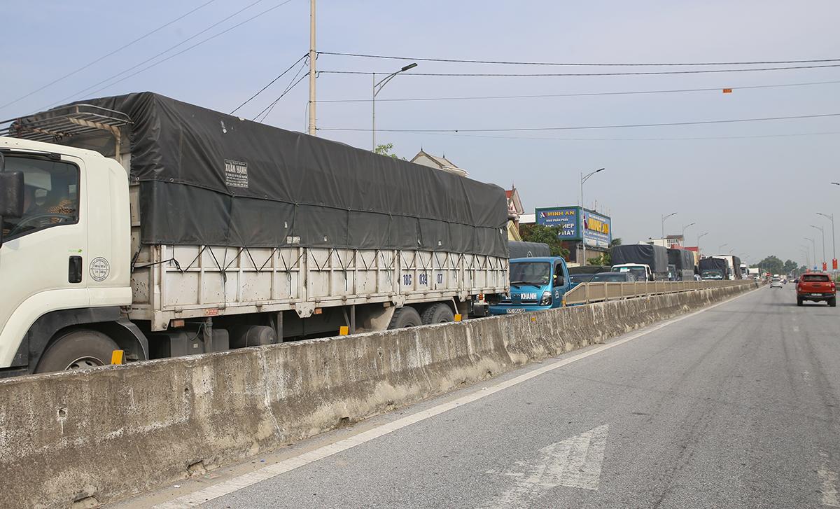 Hàng trăm xe ô tô hướng vào TP Vinh đợi qua chốt trên quốc lộ 1A địa phận xã Nghi Liên, lúc gần 8h. Ảnh: Nguyễn Hải