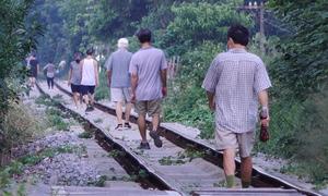 Người dân tập thể dục trên đường sắt