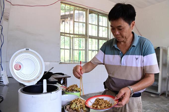 Thầy Li chuẩn bị cơm trưa cho học trò. Ảnh: China Daily