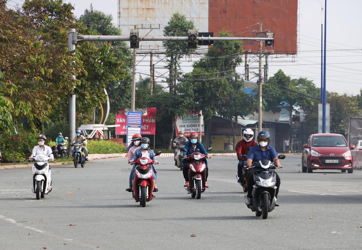 Người dân đi lại ở TP Thủ Dầu Một trong ngày địa phương này nới lỏng giãn cách 12/9. Ảnh: Thái Hà