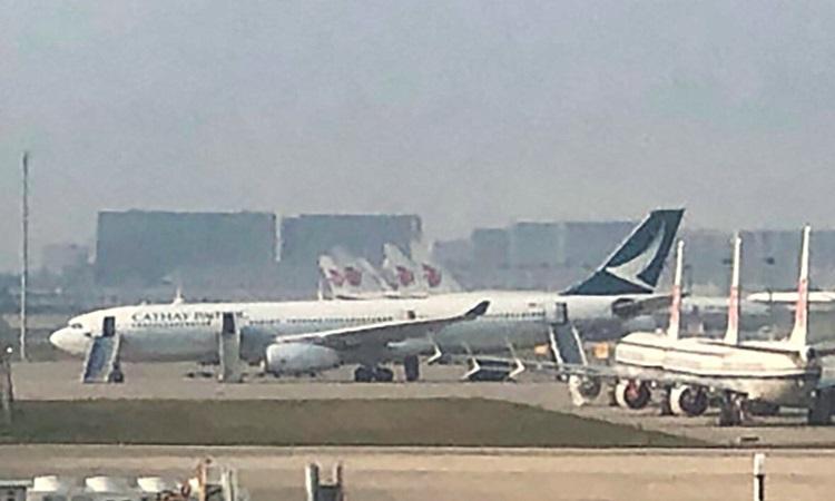 Chuyến bay bị dọa có bom của Cathay Pacific trên đường băng sân bay quốc tế ở Bắc Kinh, Trung Quốc hôm 11/9. Ảnh: Weibo.
