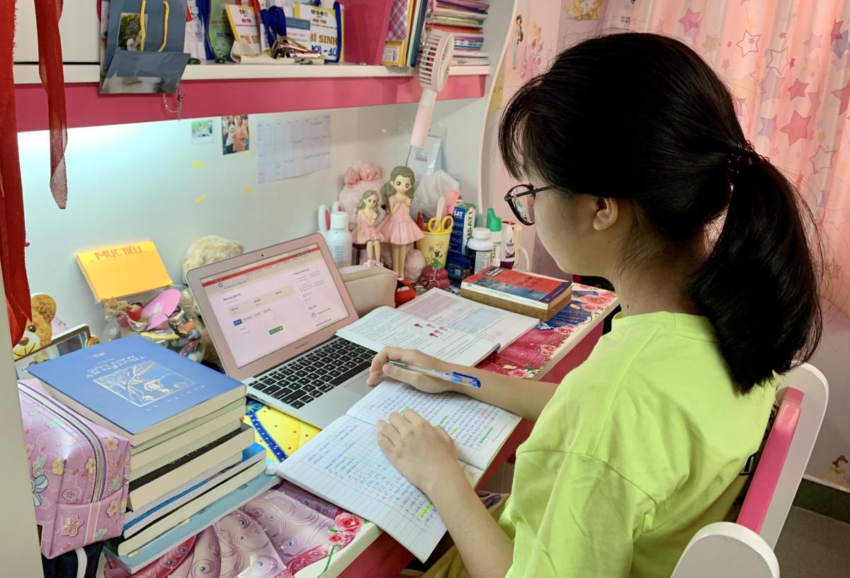 Võ Việt Phương Nghi, học sinh trường THCS Bạch Đằng tự học tại nhà, ngày 5/9. Ảnh: Nhân vật cung cấp