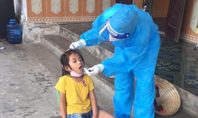 Cơ quan y tế Quảng Xương đang mở rộng xét nghiệm tầm soát cho học sinh diện tiếp xúc gần. Ảnh: Lam Sơn.