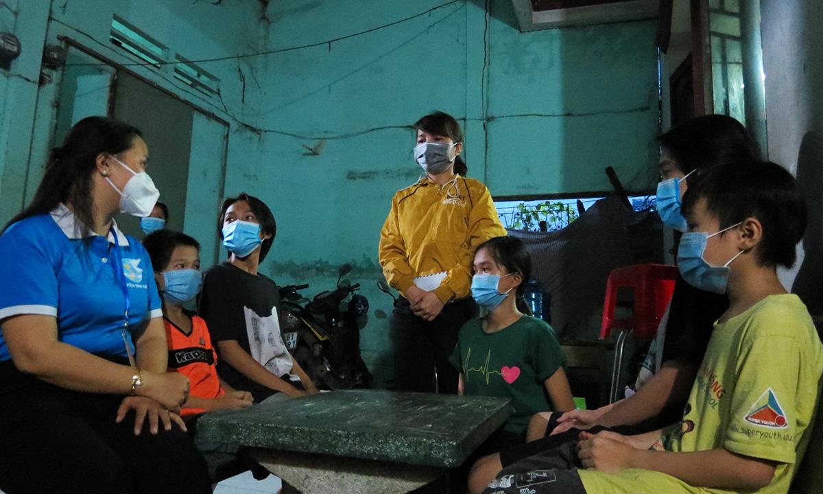 Chủ tịch Hội Phụ nữ huyện Bình Chánh Huỳnh Thị Kim Ân thăm hỏi, nắm hoàn cảnh trẻ để chính quyền có hướng giúp đỡ. Ảnh: Lê Tuyết