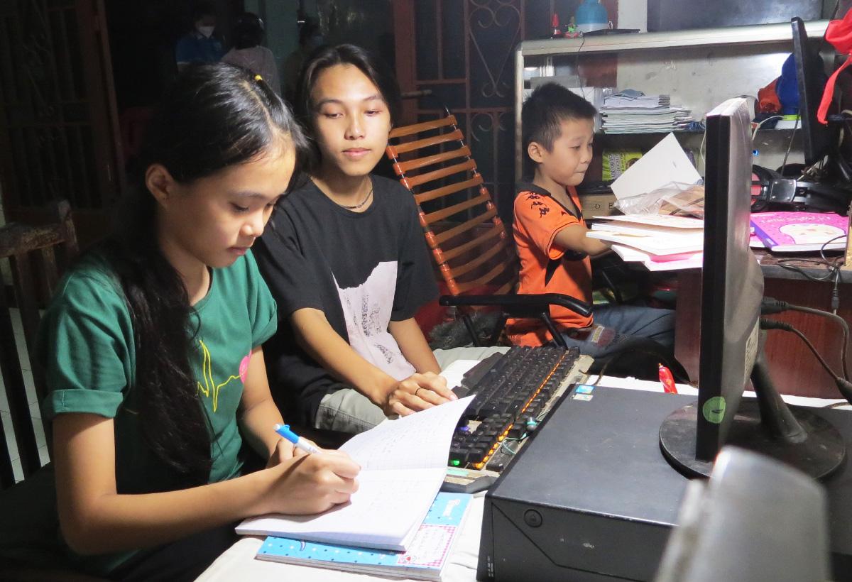 Các em của chị Ánh Nguyệt tự hướng dẫn nhau học bài. Ảnh: Lê Tuyết