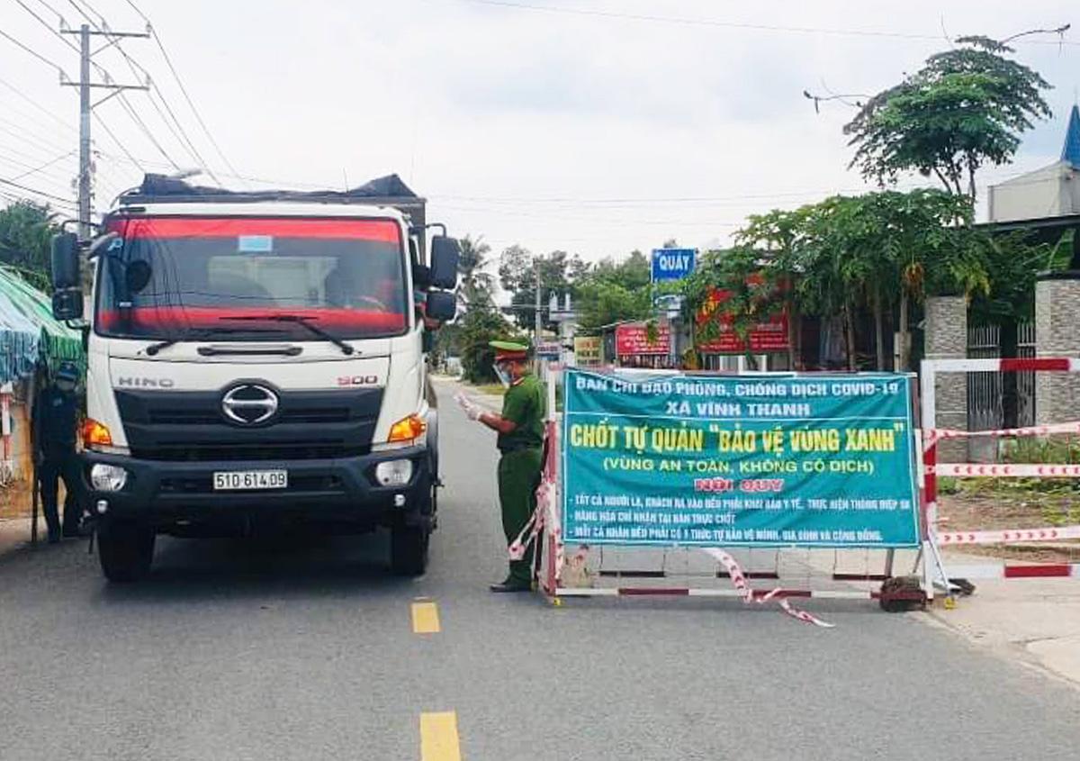 Kiểm soát tại chốt ở xã Vĩnh Thanh huyện Nhơn Trạch trong thời gian giãn cách xã hội. Ảnh: Thái Hà