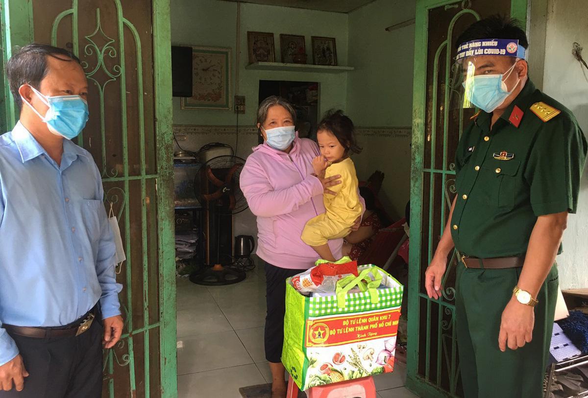 Đại diện Ban chỉ huy quân sự huyện Bình Chánh thăm tặng quà cho trẻ mồ côi do đại dịch trên địa bàn. Ảnh: An Phương