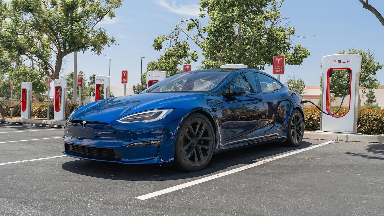 Tesla Model S Plaid tại một trạm sạc ở Mỹ. Ảnh: Motortrend