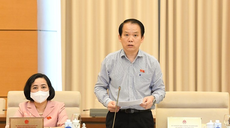 Chủ nhiệm Ủy ban Pháp luật Hoàng Thanh Tùng báo cáo thẩm tra dự án Luật sửa đổi, bổ sung một số điều của Luật Sở hữu trí tuệ, chiều 14/9. Ảnh: Trung tâm báo chí Quốc hội