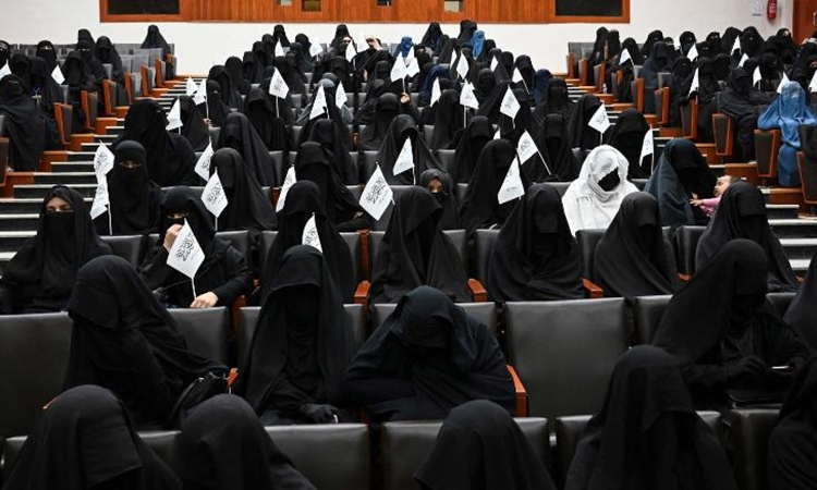Nữ sinh đại học nghe diễn thuyết trong giảng đường Đại học Giáo dục Shaheed Rabbani ở Kabul hôm 11/9. Ảnh: AFP