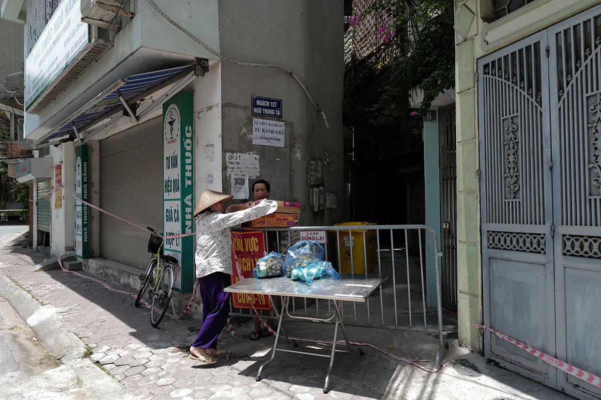 Ngõ Trung Tả, phường Thổ Quan trongg đợt phong tỏa giữa tháng 8/2021. Ảnh: Ngọc Thành.