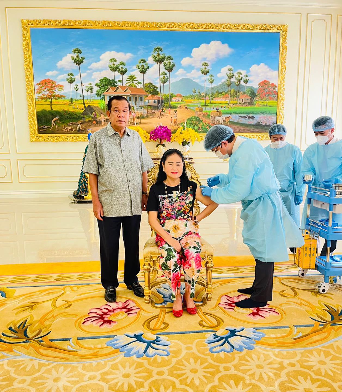 Thủ tướng Campuchia Hun Sen cùng phu nhân tiêm mũi vaccine Covid-19 thứ ba hôm nay. Ảnh: Facebook/ Samdech Hun Sen, Cambodian Prime Minister.