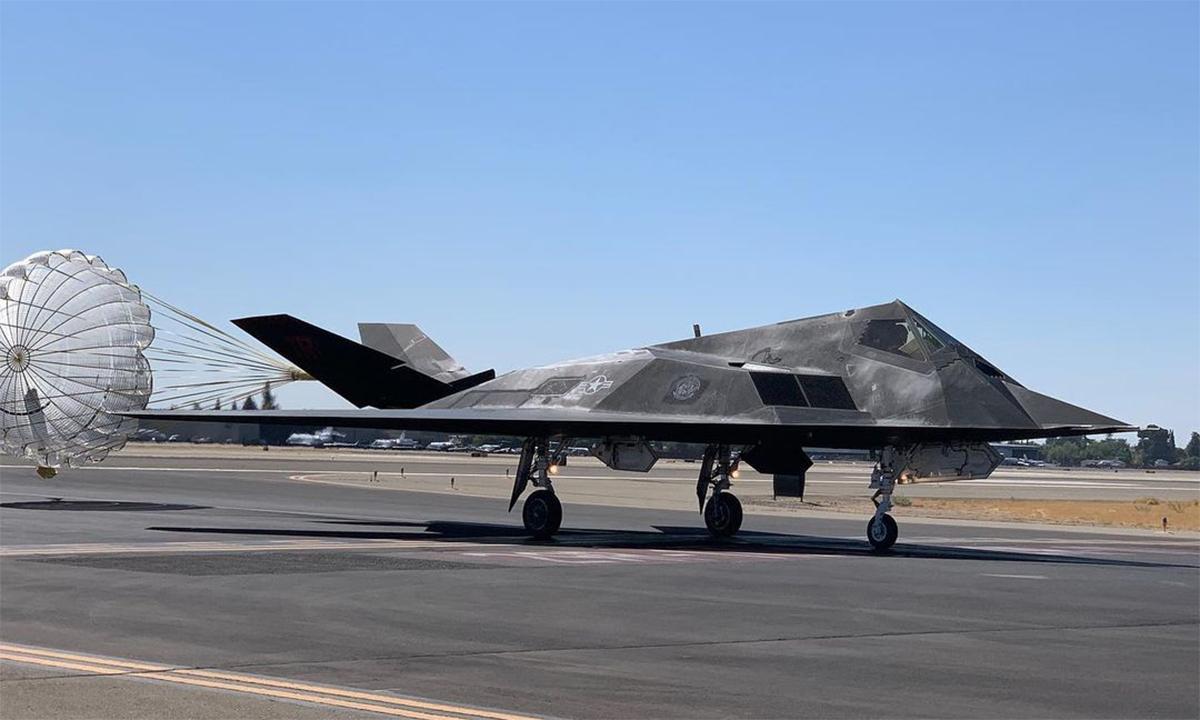 Máy bay tàng hình F-117 hạ cánh xuống sân bay Fresno-Yosemite ngày 13/9. Ảnh: Instagram/aviatography.