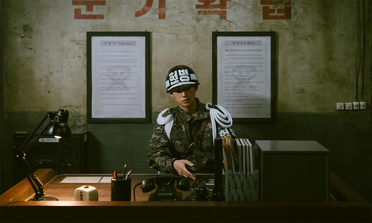 Diễn viên vào vai một quân cảnh Hàn Quốc trong phim Truy bắt lính đào ngũ tháng 10/2020. Ảnh: Reuters.