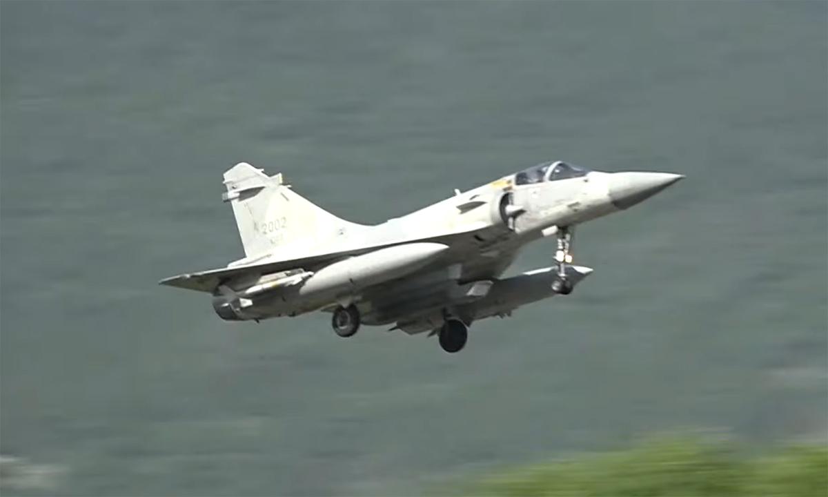 Tiêm kích Mirage 2000 của phòng vệ trên không Đài Loan hạ cánh xuống căn cứ Giai Sơn sau khi tham gia diễn tập Hán Quang ngày 13/9. Ảnh: CNA.