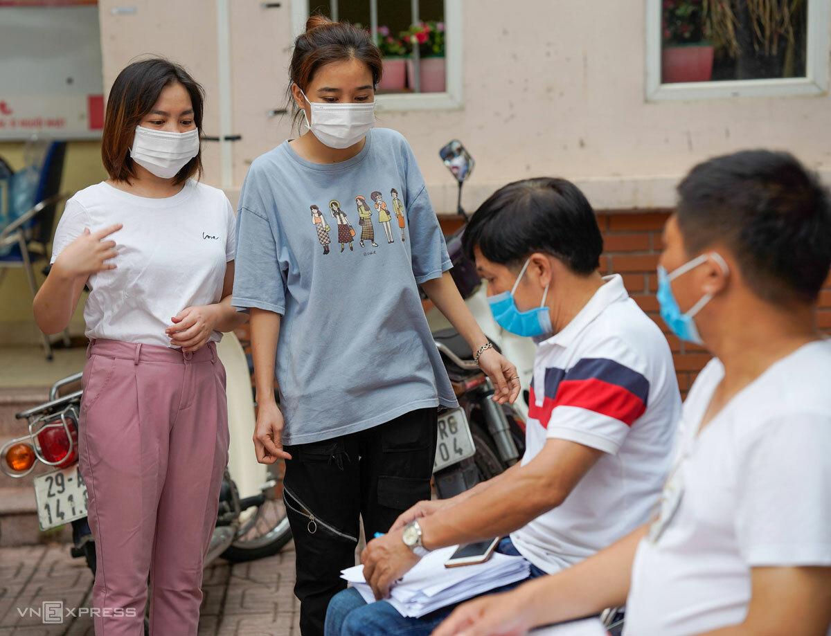 Sinh viên, người lao động thuê trọ ở Tổ dân phố 1, phường Phú Đô nhận đơn đăng ký hỗ trợ 500.000 đồng, chiều 13/9. Ảnh: Phạm Chiểu