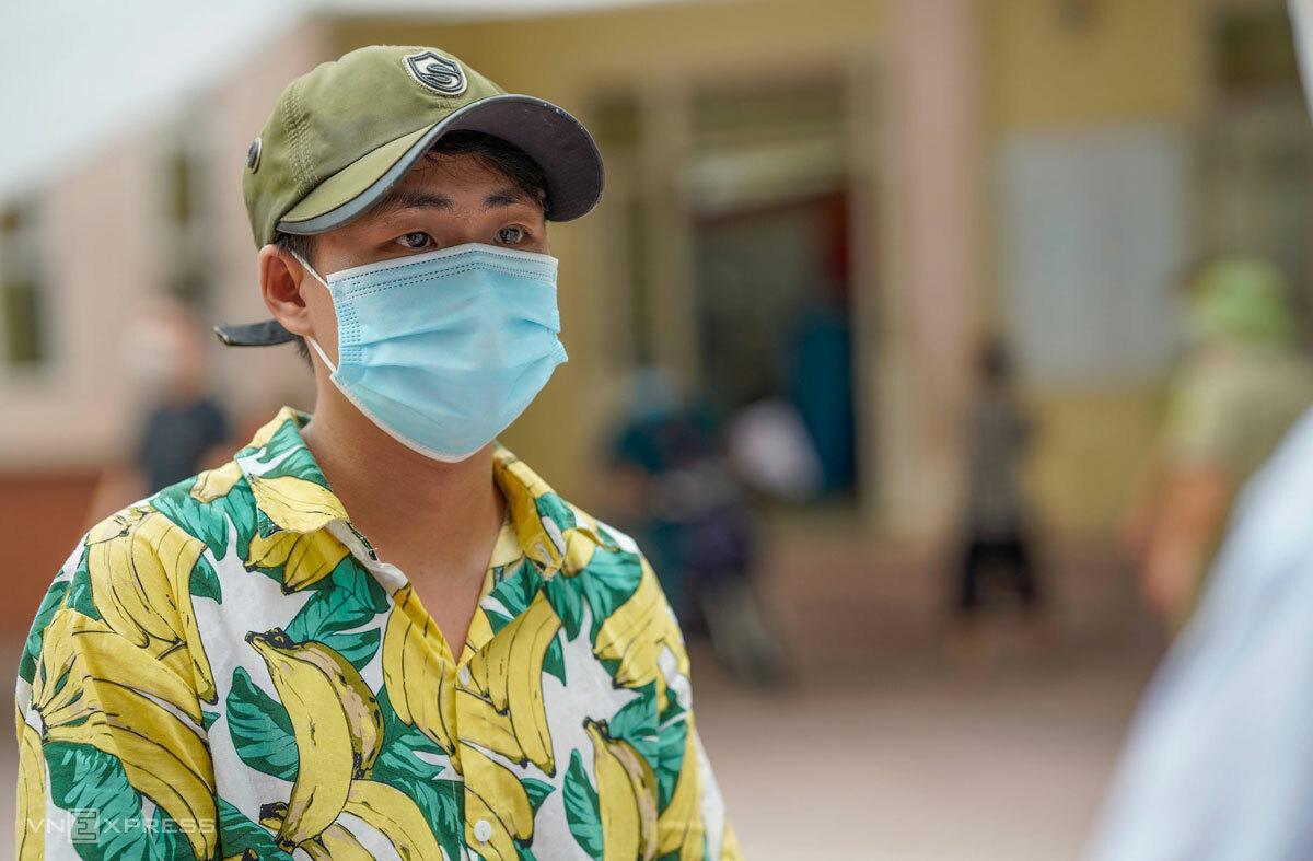 Bùi Văn Minh, lao động tự do dừng việc gần hai tháng nay. Ảnh: Phạm Chiểu