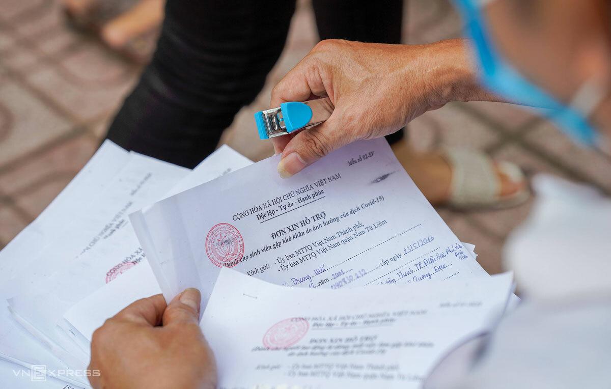 Ông Thái tiếp nhận hàng trăm đơn đăng ký nhận hỗ trợ chỉ sau khoảng một giờ đồng hồ, chiều 13/9. Ảnh: Phạm Chiểu