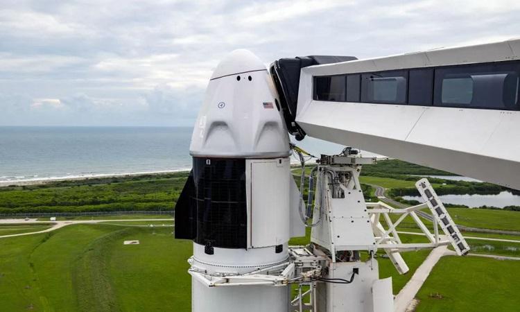 Tàu Crew Dragon và tên lửa Falcon 9 trên bệ phóng. Ảnh: SpaceX