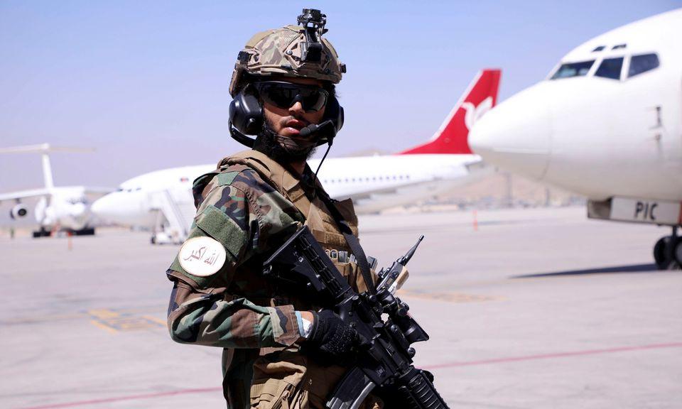 Lính Taliban đứng gác tại sân bay quốc tế Hamid Karzai ở thủ đô Kabul, Afghanistan, hôm 5/9. Ảnh: Reuters.