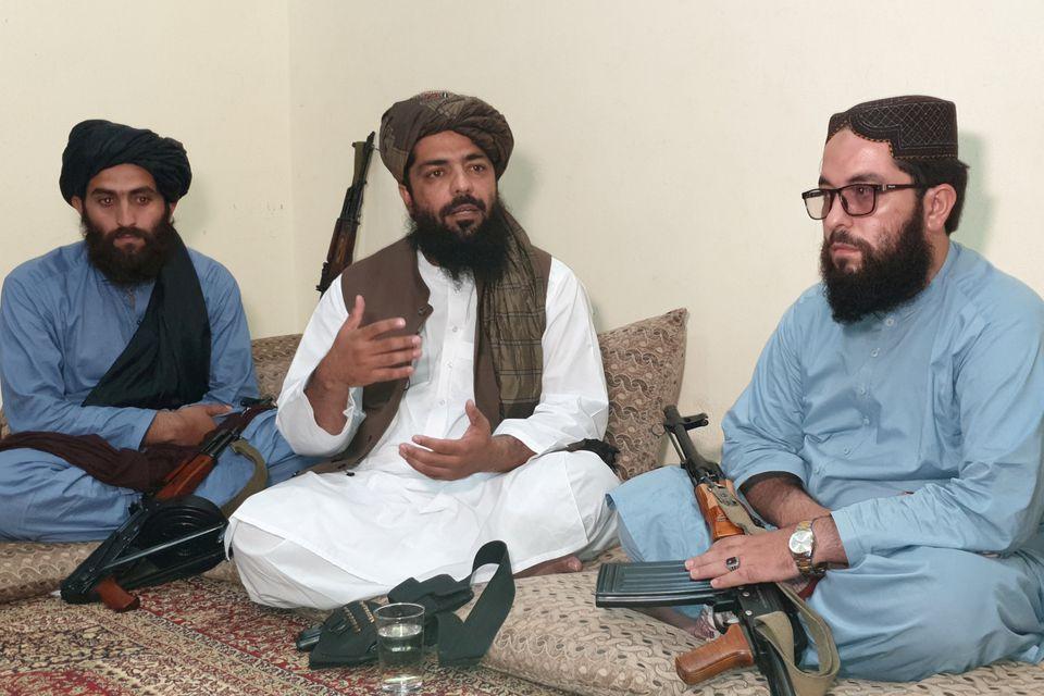 Quan chức cấp cao Taliban Waheedullah Hashimi (giữa) trong một cuộc phỏng vấn ở nơi bí mật gần biên giới Afghanistan - Pakistan hôm 17/8. Ảnh: Reuters.
