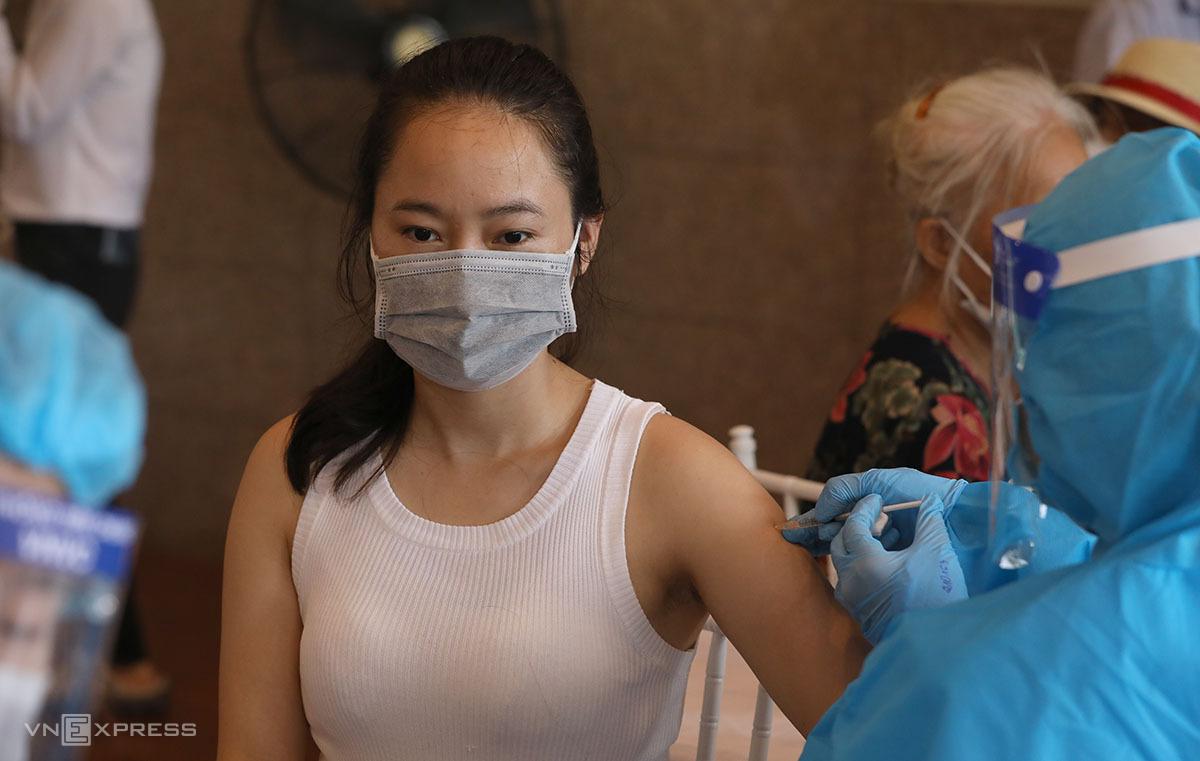 Người dân tiêm vaccine phòng Covid-19 tại điểm tiêm Cungg văn hóa Hữu nghị Việt - Xô ngày 10/9. Ảnh: Ngọc Thành.