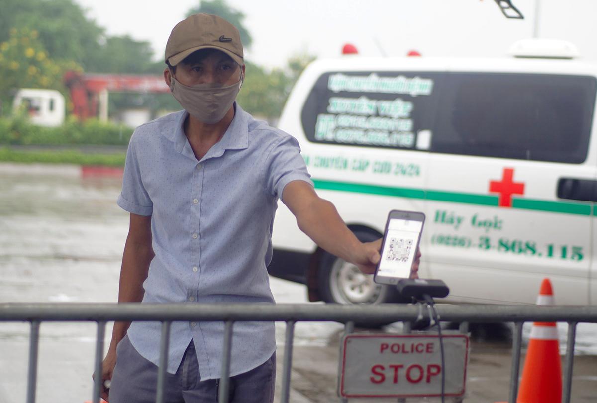 Người dân quét mã QR ở chốt Pháp Vân sáng 14/9. Ảnh: Nguyễn Hiếu.