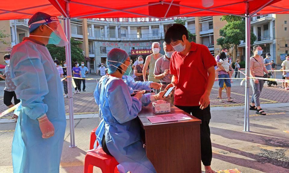 Người dân đăng ký xét nghiệm nCoV tại thành phố Tuyền Châu, tỉnh Phúc Kiến, Trung Quốc, hôm 13/9. Ảnh: Reuters.