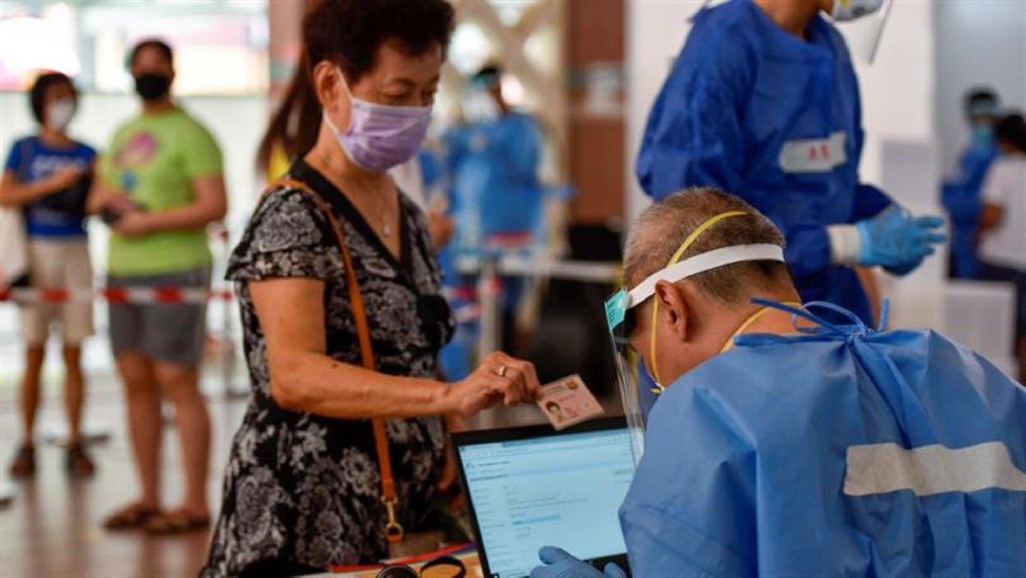Bên trong một điểm xét nghiệm Covid-19 của Singapore hồi tháng 6. Ảnh: Reuters