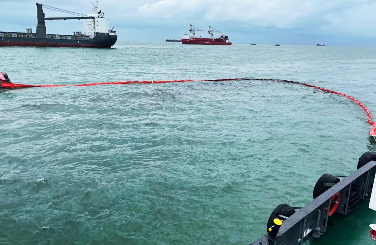 Lực lượng chức năng khoanh vùng cảnh báo vị trí tàu đắm. Ảnh: Cảng vụ Hàng hải Vũng Tàu cung cấp