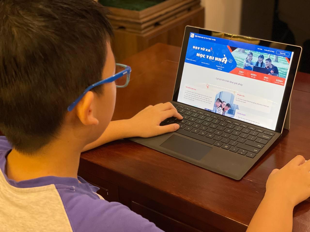 Việc trao tặng máy tính giúp các em triển khai học trực tuyến, bảo đảm học sinh nào bị bỏ lại phía sau trong hành trình chinh phục tri thức.
