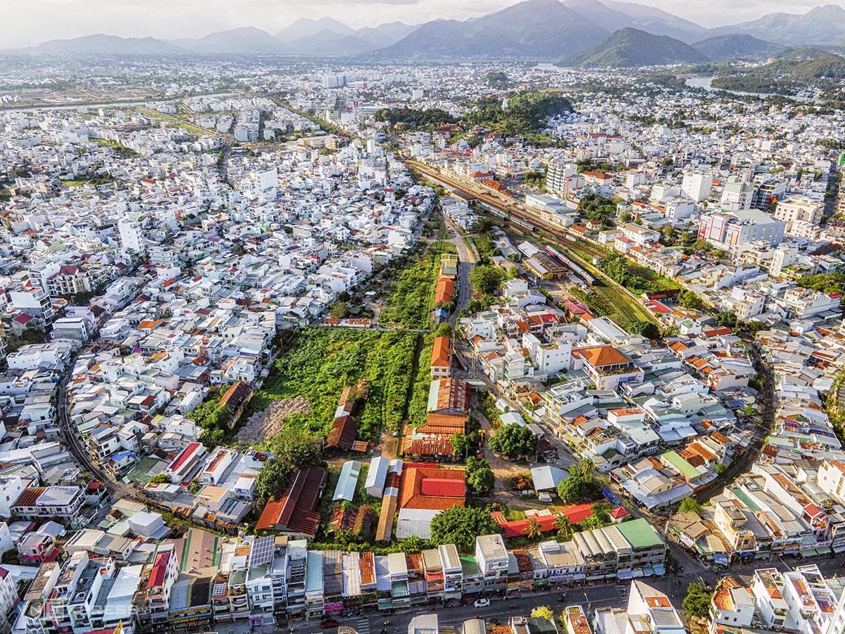 Ga Nha Trang nhìn trên cao, xung quanh bao bọc bởi khu dân cư. Ảnh: Khoa Trần.