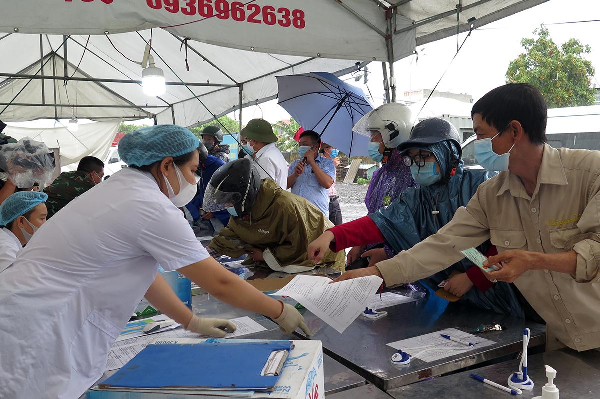 Lực lượng kiểm soát dịch tại chốt Kiểm soát dịch liên ngành quốc lộ 5 đặt tại Ga Dụ Nghĩa, huyện An Dương kiểm soát người dân vào thành phố. Ảnh: Giang Chinh