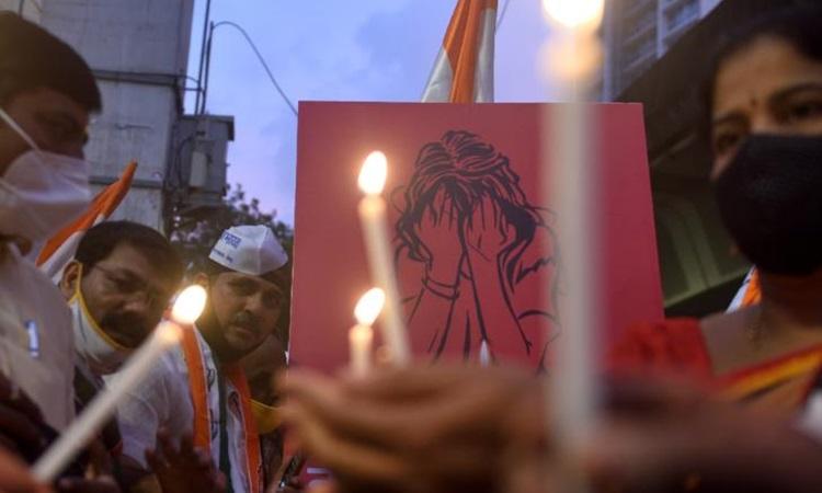 Người biểu tình Mumbai thắp nến tưởng nhớ cố gái thuộc tầng lớp Dalit bị cưỡng hiếp tập thể và sát hại ở bang Uttar Pradesh tháng 10/2020. Ảnh: Hindustan Times.