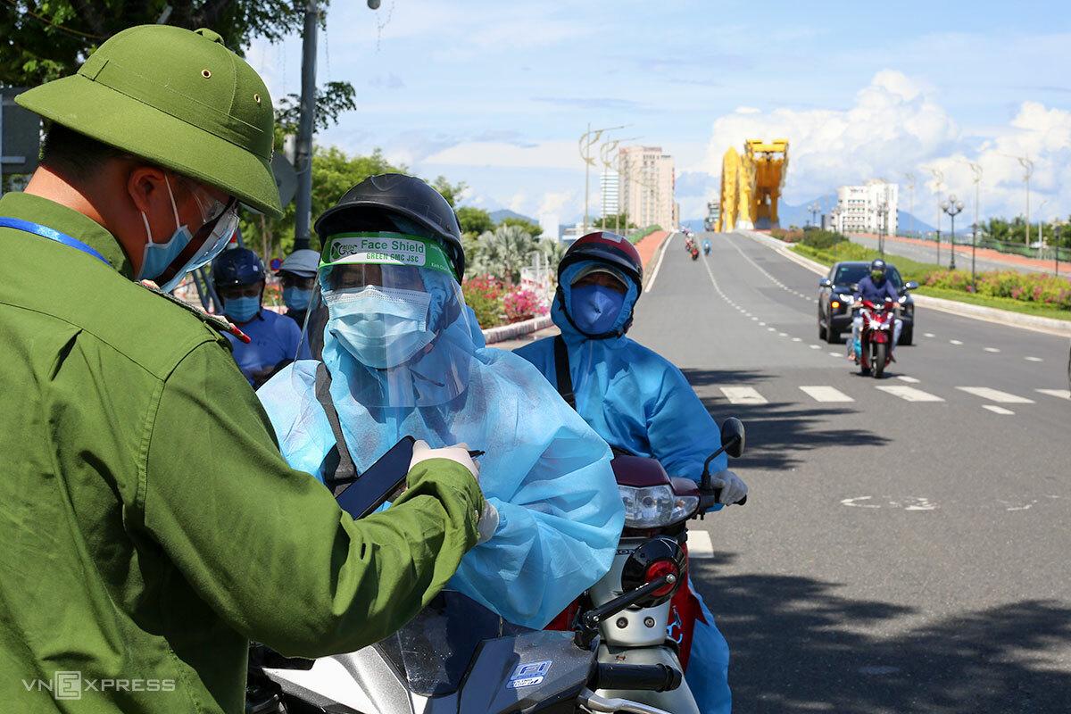 Lực lượng chức năng kiểm tra giấy đi đường của người dân tại chốt đầu cầu Rồng, ngày 5/9. Ảnh: Nguyễn Đông