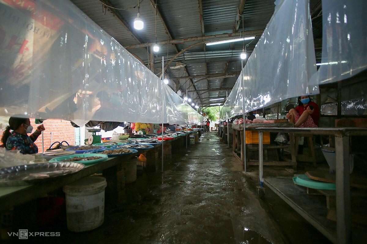 Chợ Lệ Trạch (xã Hoà Tiến) thuộc vùng xanh nhưng thưa vắng người đi chợ, sáng 13/9, vì người dân chỉ được đi chợ 5 ngày/lần. Ảnh: Nguyễn Đông