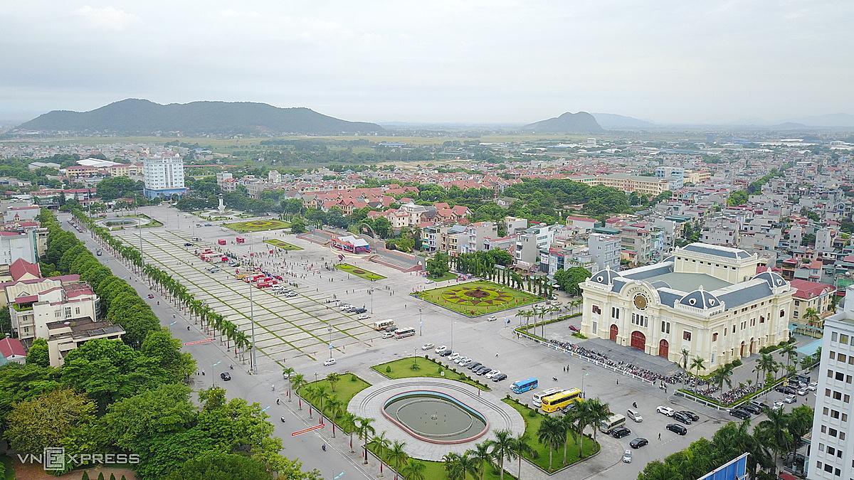 Quảng trường Lam Sơn và các khu vui chơi công cộng ở TP Thanh Hoá sẽ mở cửa trở lại từ 15/9 song giới hạn số người. Ảnh: Lê Hoàng.