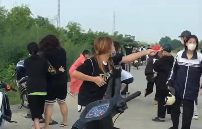 Khoảng 50 thanh thiếu niên tham gia vụ hỗn chiến trên đê sông Hoàng Long chiều 12/9. Ảnh cắt từ clip.